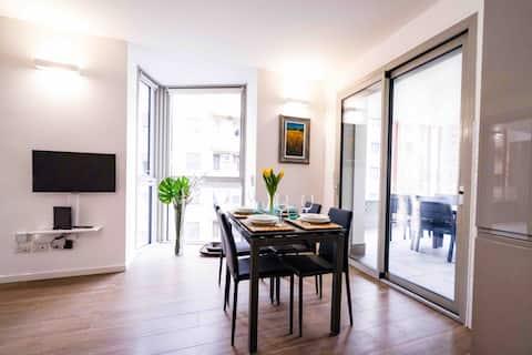 Hermoso apartamento nuevo de dos habitaciones a un tiro de piedra del metrópoli