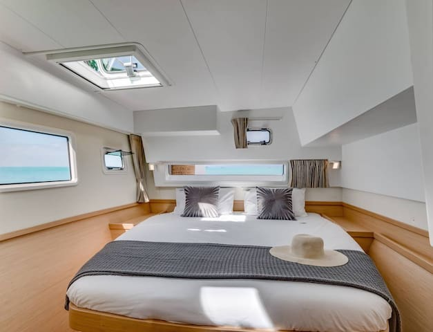 Book a stay on board of our catamaran cabin/room