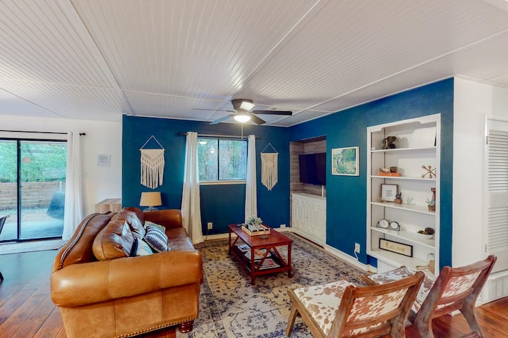 Fully updated retreat w/ a furnished patio near AT&T Stadium & Globe Life Field