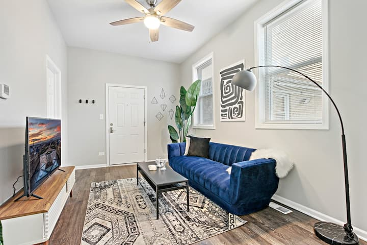 Walk Around the Trendy Logan Sq from a Stylish 2BR