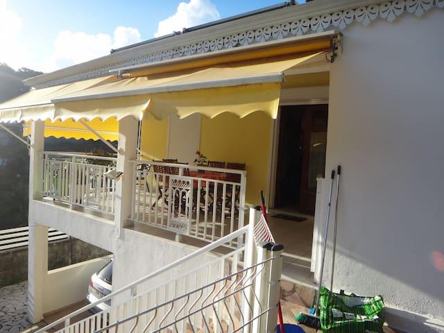 Sympatique petite villa à 15 mn de la plage - Caraque - 別荘