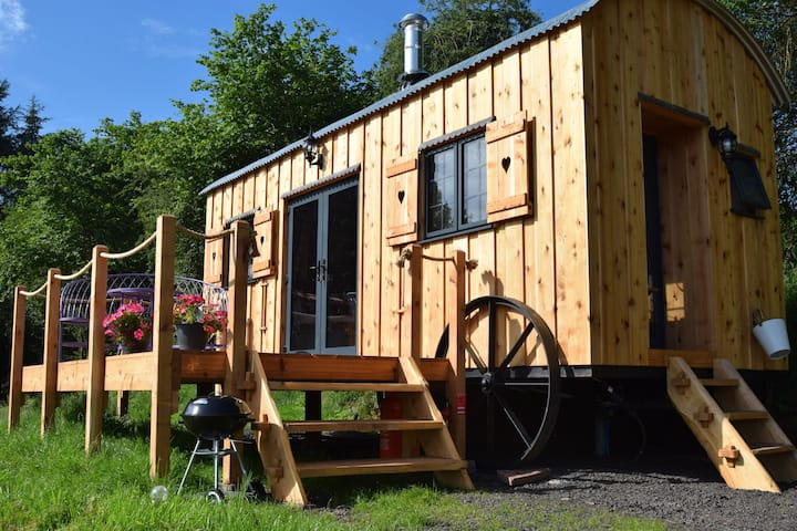The Flying Scotsman Shepherd's Hut with Hot Tub