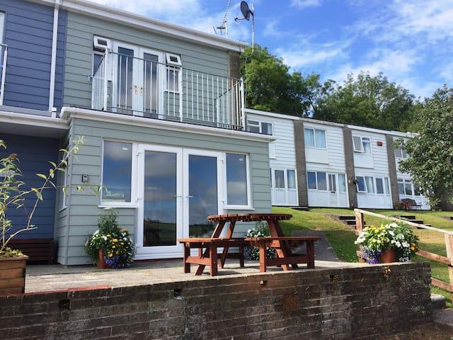 Seahorse - Lovely Holiday Home, Sea View & Balcony