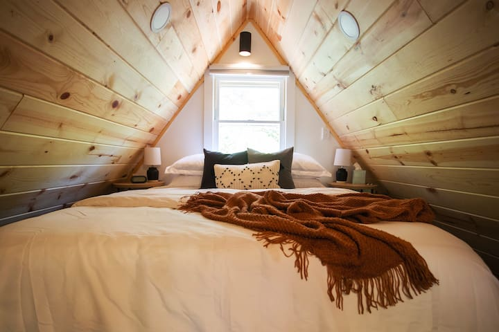 Cozy loft with queen size bed