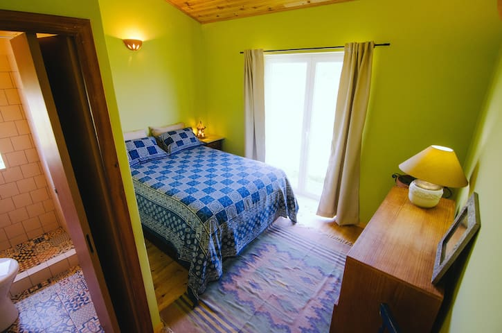 Romantic room minutes from the Ocean - Rogil