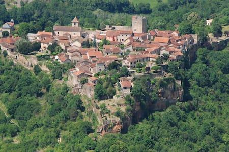Maisonnette dans cité médiévale .La vigette