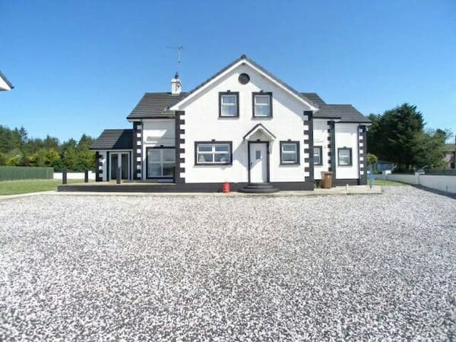 Large house in Ballycastle - Ballycastle - Maison