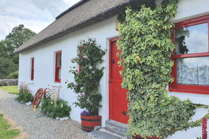 Traditional Thatched Cottage. 3 bed