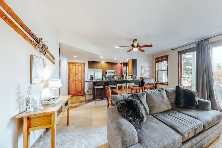Beautiful condo in downtown w/ easy ski access, shared hot tub, & gas grill!