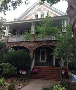 Victorian Home, Welcoming Comfort - Brooklyn - Bed & Breakfast