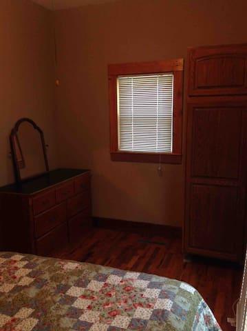 2nd bedroom w/queen bed, closet & dresser