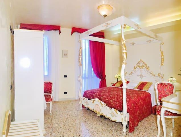 Camera con letto a baldacchino in stile veneziano