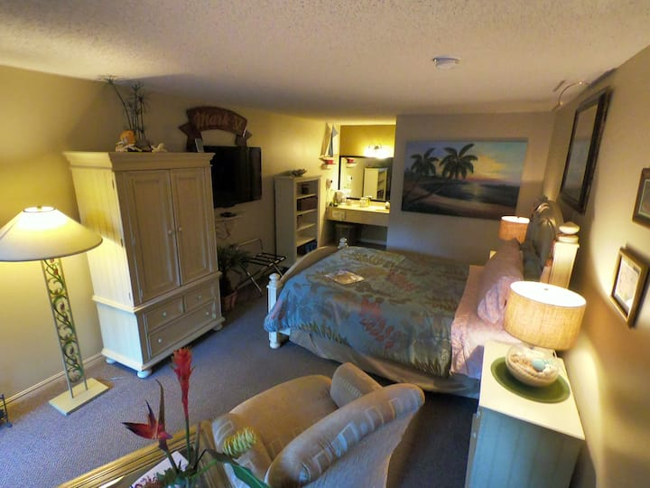 Guest Room 102 - Tradewinds Lodging and B&B