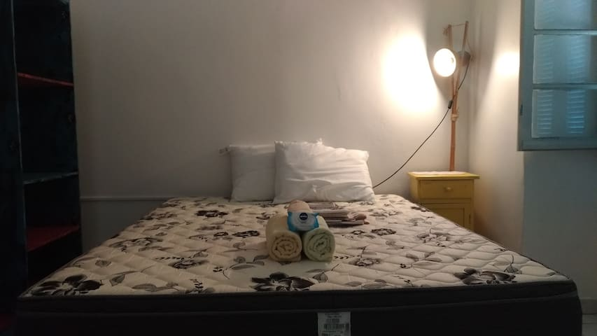 Quarto amplo com cama queen no centro de Poa.