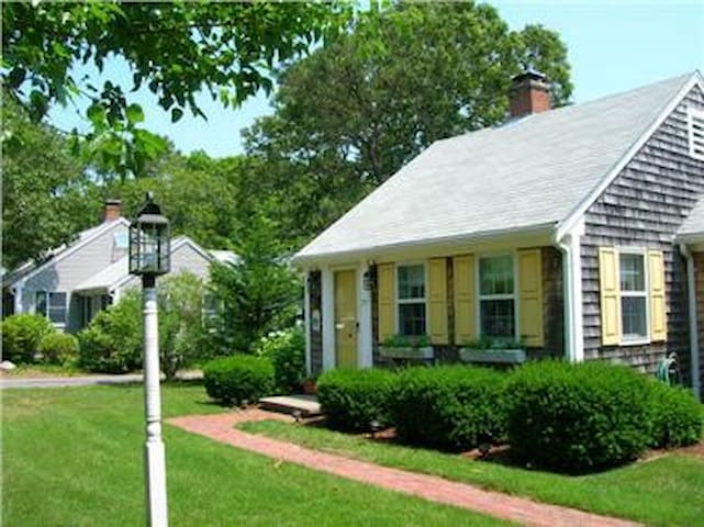 Cape Cod cottage with garden house accommodations!