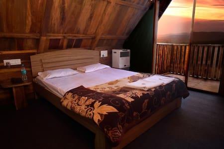 Deluxe wooden cabin overlooking the valley - Bhilar