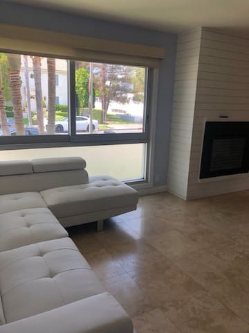 2 bed 2 bath in Beverly Hills