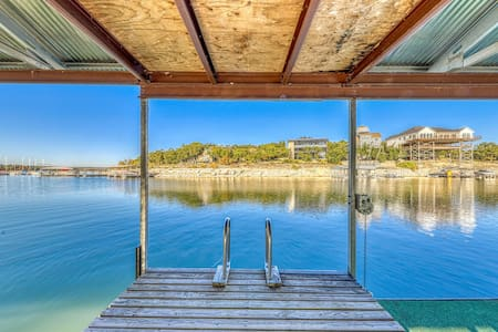 Family and dog-friendly getaway w/lake views, dock, deck, gas grill, and more!