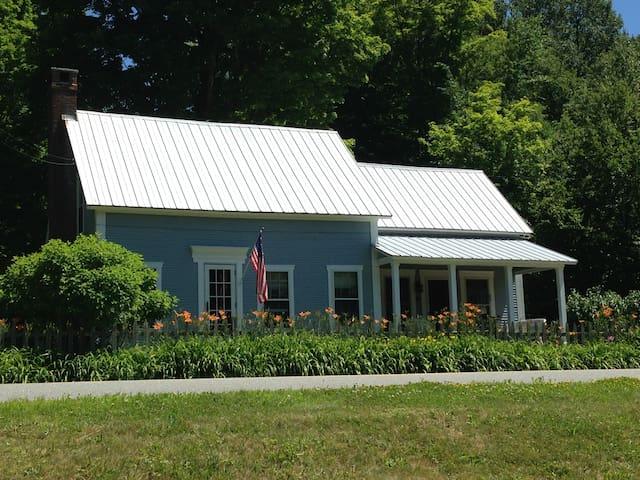 Quaint Village Cottage on Mad River - Warren - Casa