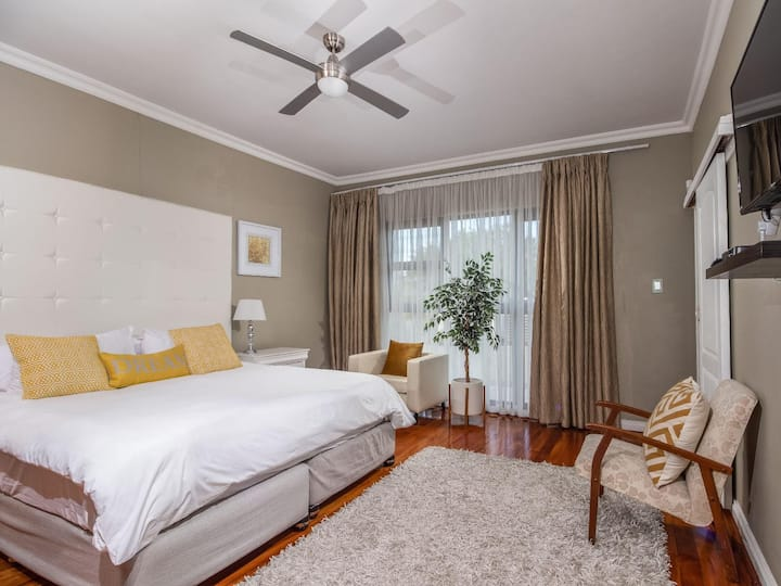 Cashmere Suites Deluxe King 1