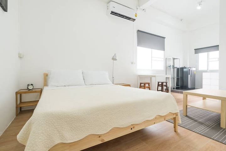 Minimalistic Studio with Queen bed & A/C (4/5)