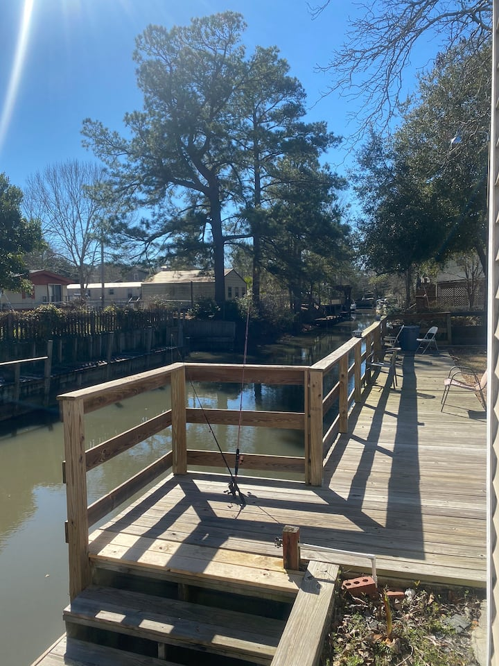 Wally's Fishing Shanty on the Lake Moultrie Canal
