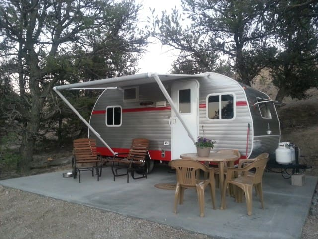 Glamping at the Mountain Goat Lodge - Salida - Camper