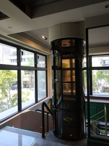 電梯星光獨立套房,可住1-4人,至多5人(有陽台),共用區域:客廳,飯廳,廚房,星光區,歡迎包層。