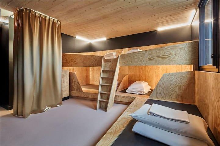 Un lit superposé dans une chambre de 5 personnes - salle de bain privée