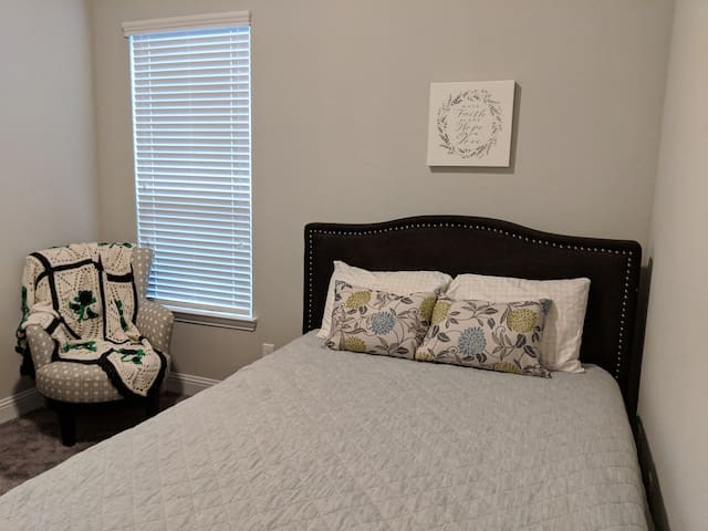PRIVATE ROOM+BATH Under 10 min. from DFW Airport!