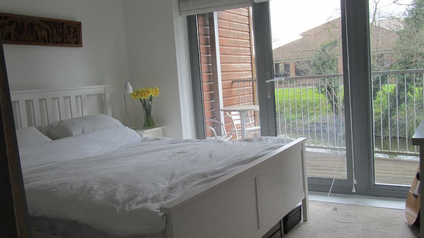 Double room in central Guildford, bright riverside - Guildford - Huis