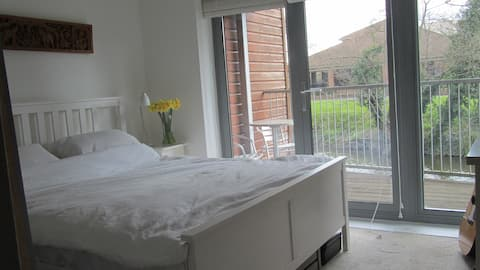 Double room in central Guildford, bright riverside