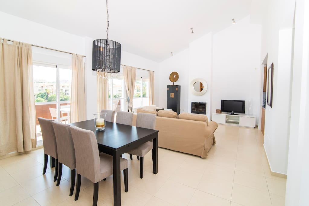 Living room and dining area, they open to an ample terrace that overlooks a near ravine and hills