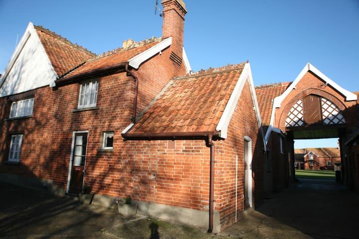 The Duchess Cottage - Easton Farm Park