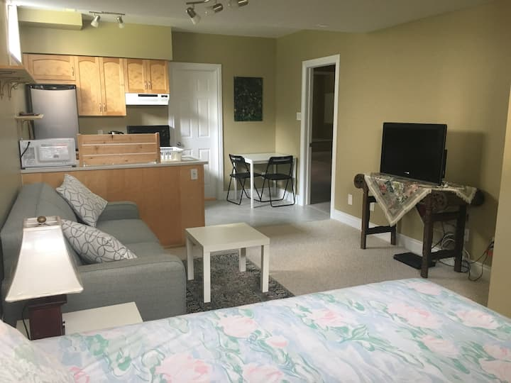 Private basement suite, 8 mins from Tanger and CTC