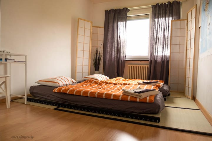 Quiet room with desk and wifi 20 min from center - Zurique - Apartamento