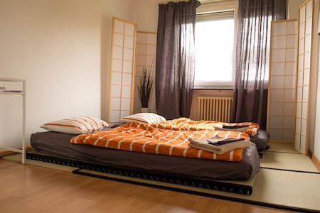 Quiet room with desk and wifi 20 min from center - Zúrich - Departamento