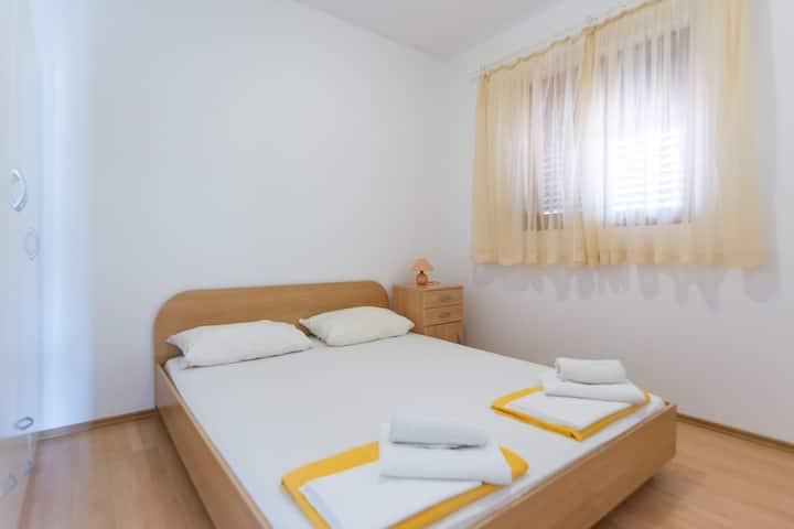 Appartement Au bord de mer, avec une chambre à coucher, à Biograd