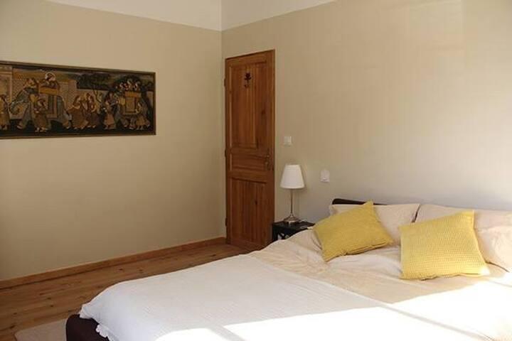 La chambre jaune est lumineuse et se donne sur les montagnes.  The second bedroom is light, sunny and overlooks the mountains.
