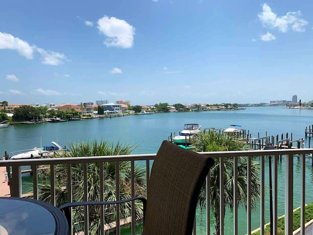 3 Bedroom 2 Bath Waterfront Beach Condo(Sleeps 9)
