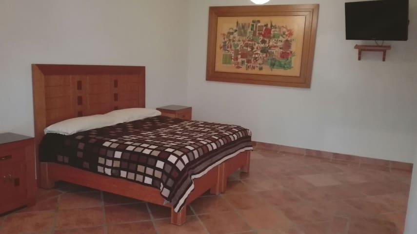habitación sencilla cama king size 800