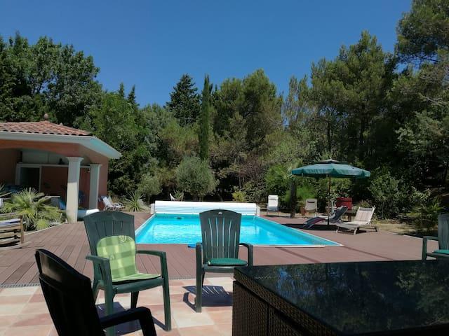 Villa avec piscine privée sur grand terrain clos