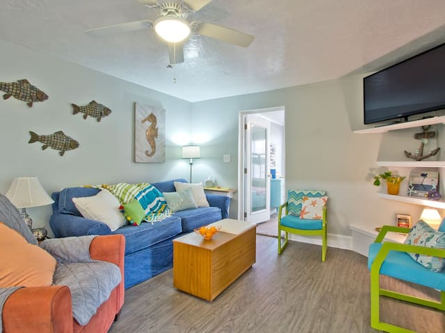 Great Location 3 Bedroom Pet Friendly Cottage Apartment Only 1 5 Blocks To Beach Paddle On