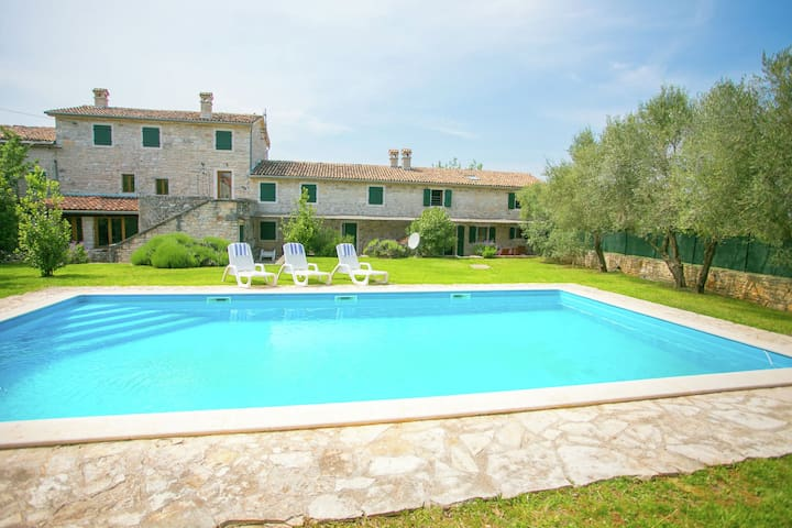Comfortable apartment with shared swimming pool and large garden, Porec 15 km