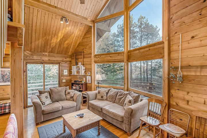 Family friendly, dog-friendly home with resort access - close to ski lifts!