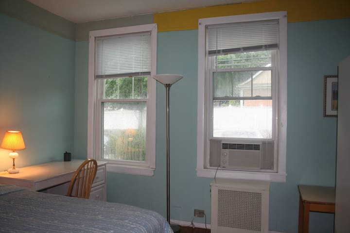 Private room with a street view - Hartsdale - Huis