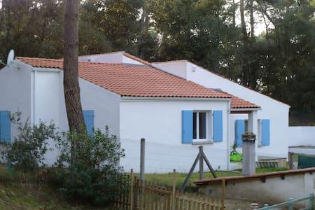 villa au coeur de la foret tout prés de la plage - Meschers-sur-Gironde - วิลล่า