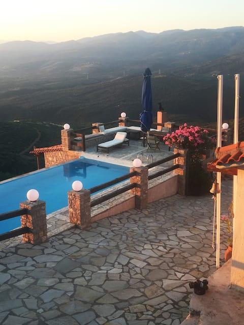 Hus på landet med privat pool och utsikt