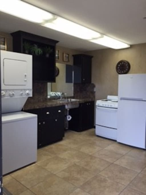 Stove/oven, fridge, kitchen
