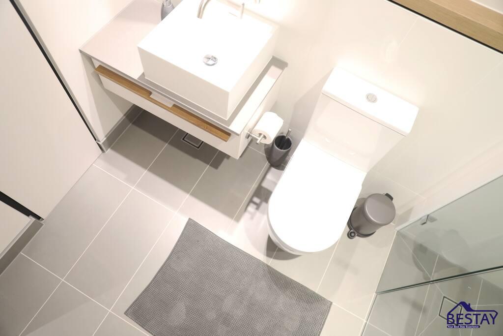 Full bathroom - 2